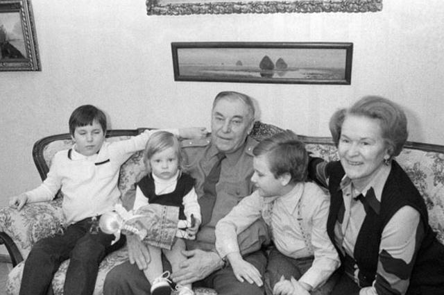 Александр Покрышкин с женой Марией Кузьминичной и внуками, 1983 год.