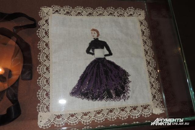 Незатейливую вышивку, подарок от поклонницы, Гурченко хранила всю жизнь.