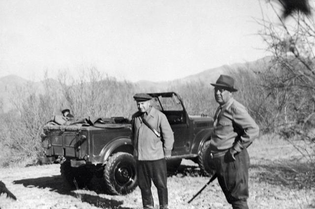 Охотничьими  трофеями Брежнев одаривал коллег по Политбюро. Леонид Ильич Брежнев (справа) на охоте. 1955 г.