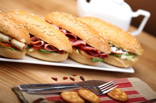 Сэндвич с карбонадом - идеальный вариант перекуса в походе или в долгой поездке.