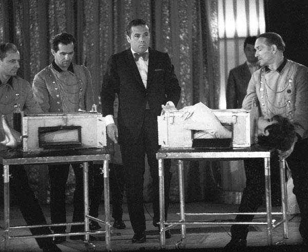 Выступление иллюзиониста Игоря Эмильевич Кио. Трюк Распиливание, 1969 год