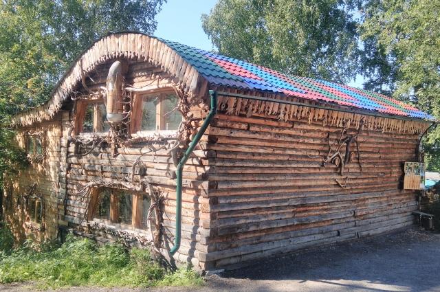 Кукльный театр «2+ку», который построил Владимир Захаров, находится в тихом месте, в частном секторе Томска, но сарафанное радио сделало его адрес одним из самых известных в городе.
