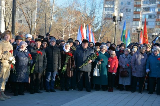 Участники митинга почтили память погибших воинов минутой молчания и возложили к мемориалу цветы.