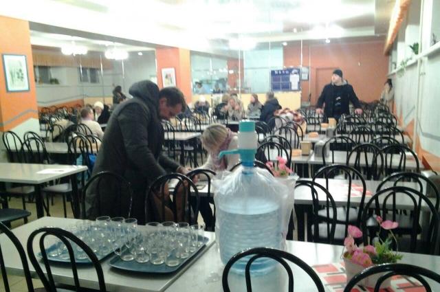 В пункте временного размещения жителям эвакуированного дома дали возможность выпить горячий чай.