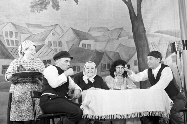 Сцена из спектакля «Стемпеню» по пьесе Шолом-Алейхема. Биробиджанский музыкально-драматический еврейский народный театр. 1984 г.