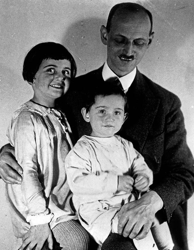 Отто Франк с дочерьми Анной и Марго.