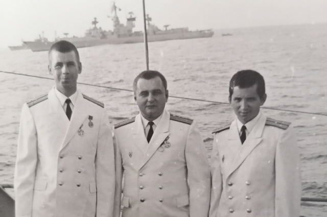 За спиной – Индийский океан. Крайний справа – военный штурман Якуб Лятиев.