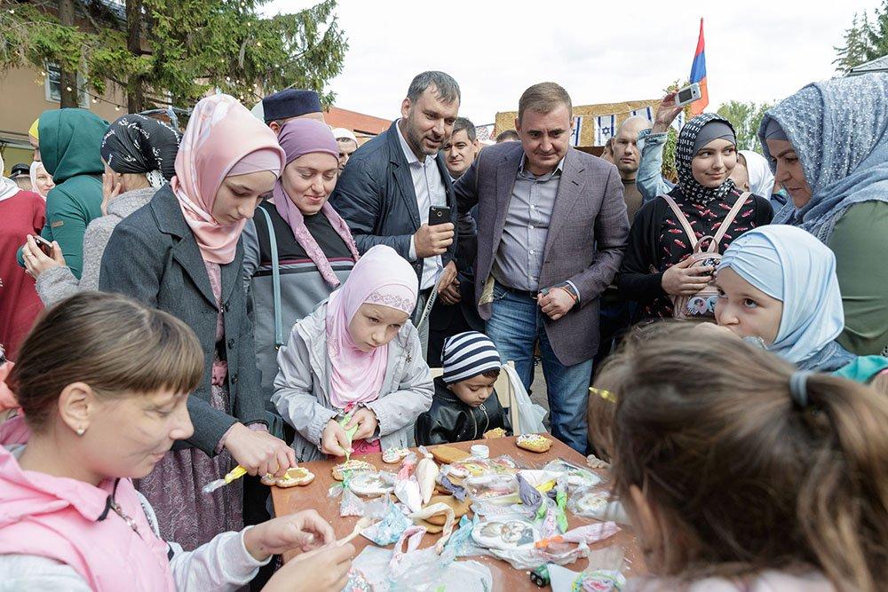 Губернатор Алексей Дюмин в детьми, которые украшают имбирные пряники на стенде мусульманской общины Тулы. Городской фестиваль «Национальный квартал», сентябрь 2019 год.