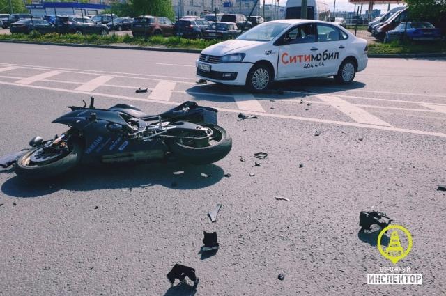 Мотоциклист госпитализирован в тяжелом состоянии.