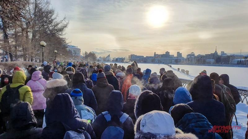Тысячи людей вышли прогуляться на морозе