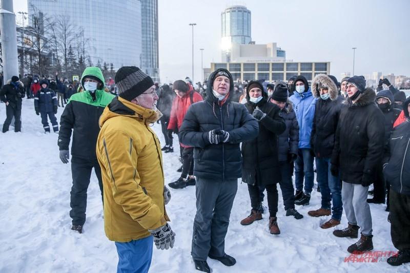 Константин Киселев уговаривает протестующих разойтись