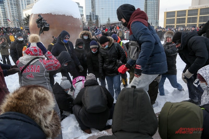 Протестующие оказали помощь потерявшему сознание