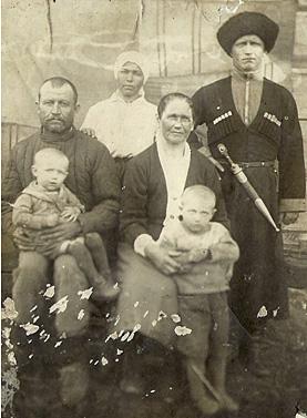 Семейное фото Николая Богдашко накануне войны: он с женой, родителями и двумя детьми
