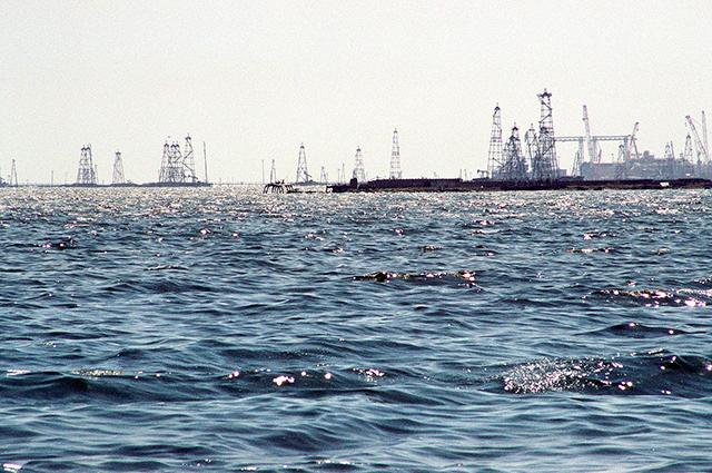 Буровые вышки Нефтяных Камней, где впервые началась добыча нефти со дна Каспия