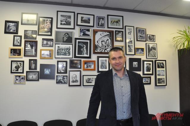 В кабинете начальника колонии на стене много фотографий, среди которых и первый космонавт планеты Гагрин и любимый писатель Шукшин