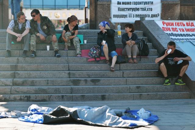 Митингующие, палатки которых снесли ночью 8 июня, на площади Независимости в Киеве