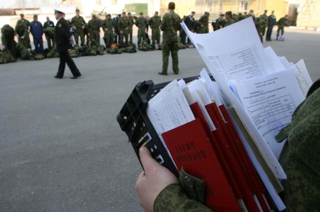 Вместо кипы бумаг и личных дел военнослужащих будет маленькая пластиковая карта.