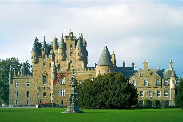 Замок Глэмис, в котором родилась Элизабет Боуз-Лайон