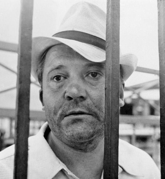 Виктор Павлов в сцене из фильма режиссера Виктора Трегубовича «Уходя — уходи».