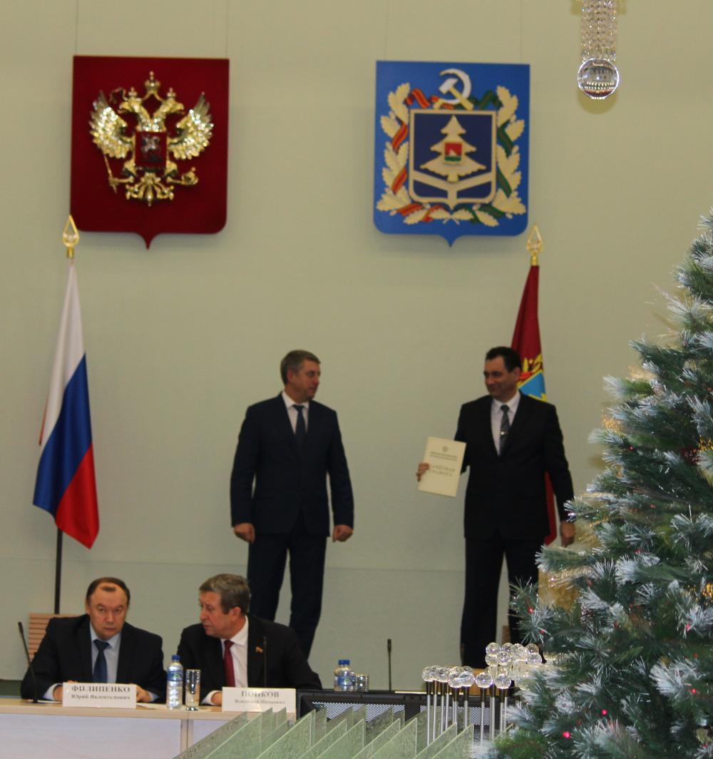 Губернатор вручил грамоту директору Филиала Андрею Сорокину.