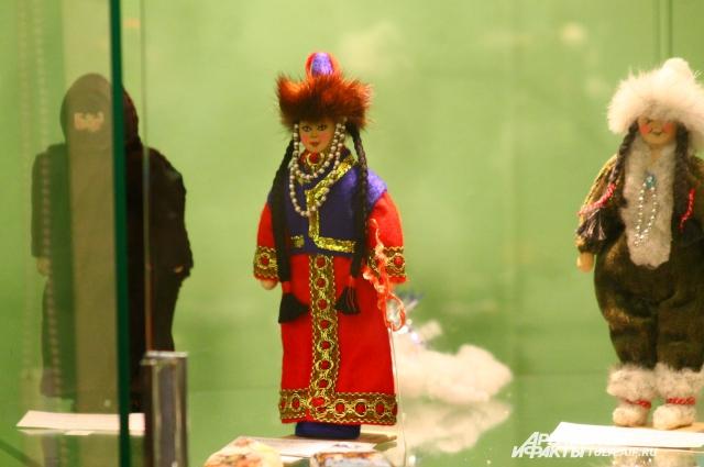 Выставка куколок-скелетцев.