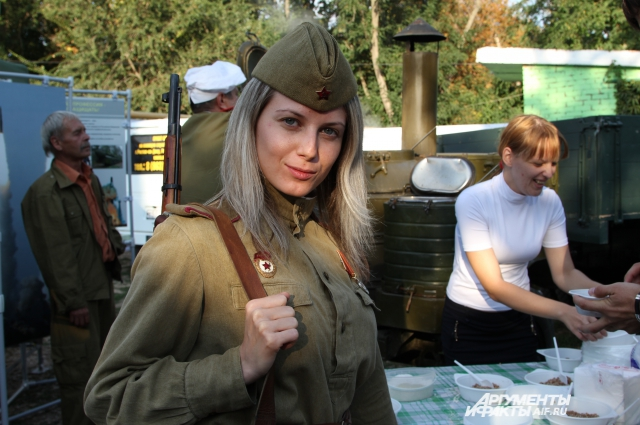 Девушка в форме солдата ВОВ на патриотической акции.