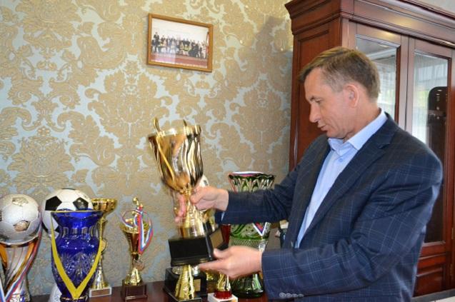 Александр Гришаев хранит свои футбольные награды в рабочем кабинете.