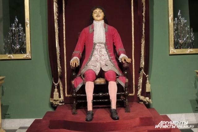Восковая фигура Петра I умеет стоять и принимать сидячее положение.