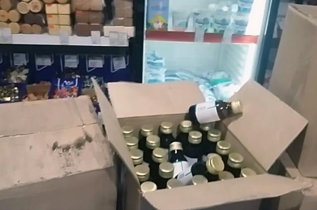 Полицейские изъяли с витрин и со склада 437 флаконов спиртосодержащего лосьона.