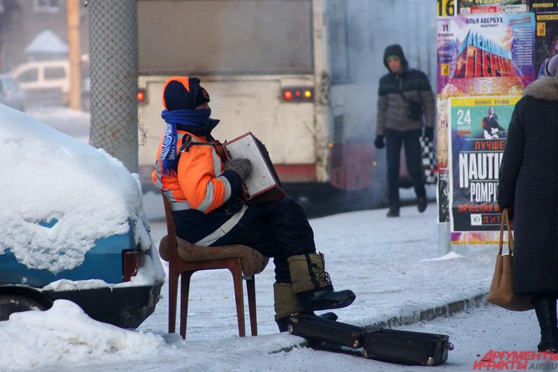 Уличный музыкант в 30-градусные морозы.