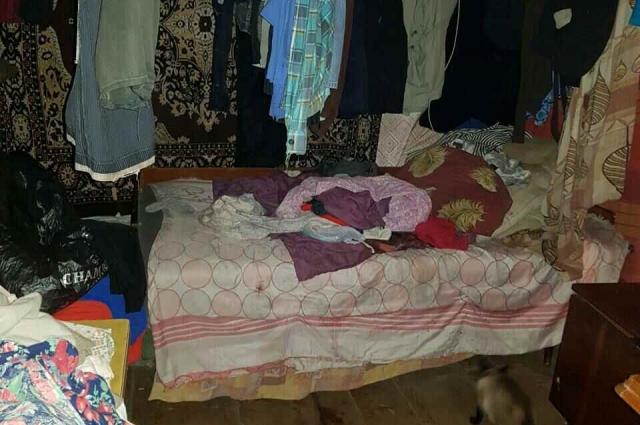 В домах отсутствуют санитарные комнаты (для личных нужд инвалиды и пожилые используют ведра), постельное белье либо отсутствует, либо ветхое и грязное.