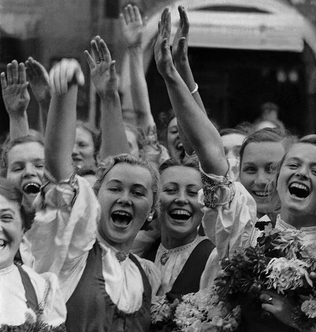 Жители Австрии приветствуют Гитлера, 1938 г.