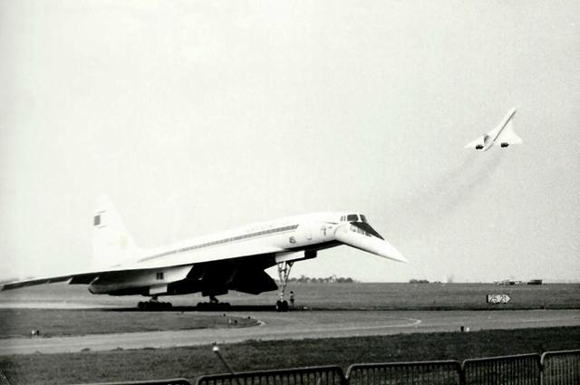 Борт СССР-77102 выруливает на ВПП (на заднем плане — взлетающий «Конкорд»)