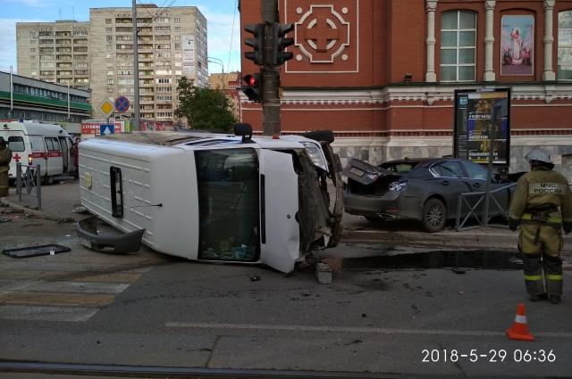 От удара маршрутный автобус лег на бок.