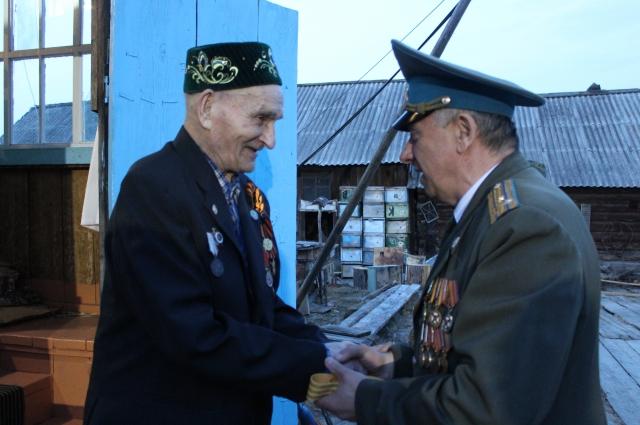 97-летний Ислам Зарипов встретил участников автопробега на крыльце своего дома.
