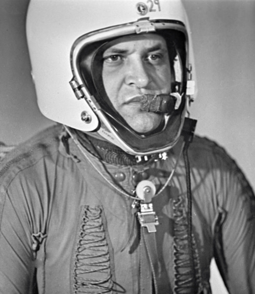 Фрэнсис Гэри Пауэрс в специальной экипировке для длительных полетов в стратосфере - американский шпион, чей самолет-разведчик Локхид У-2 был сбит советской зенитной ракетой под Свердловском