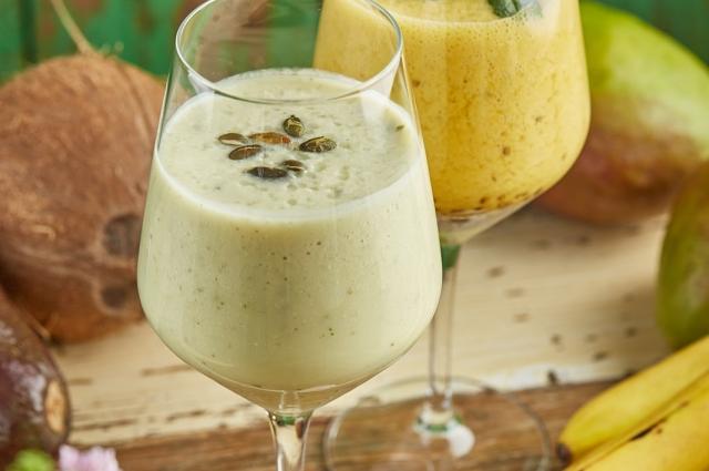 Летом один из самых популярных и полезных напитков является смузи из авокадо на миндальном молоке.