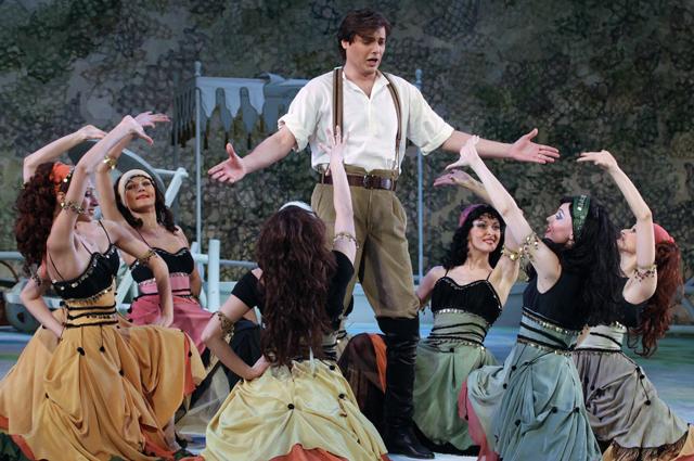 Максим Катырев в роли Тассило в новой версии оперетты Имре Кальмана «Графиня Марица» в Государственном академическом театре «Московская оперетта».
