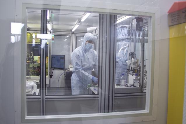 В чистое помещение, предназначенное для опытного производства оптоэлектронных компонентов, невозможно попасть без спецодежды.