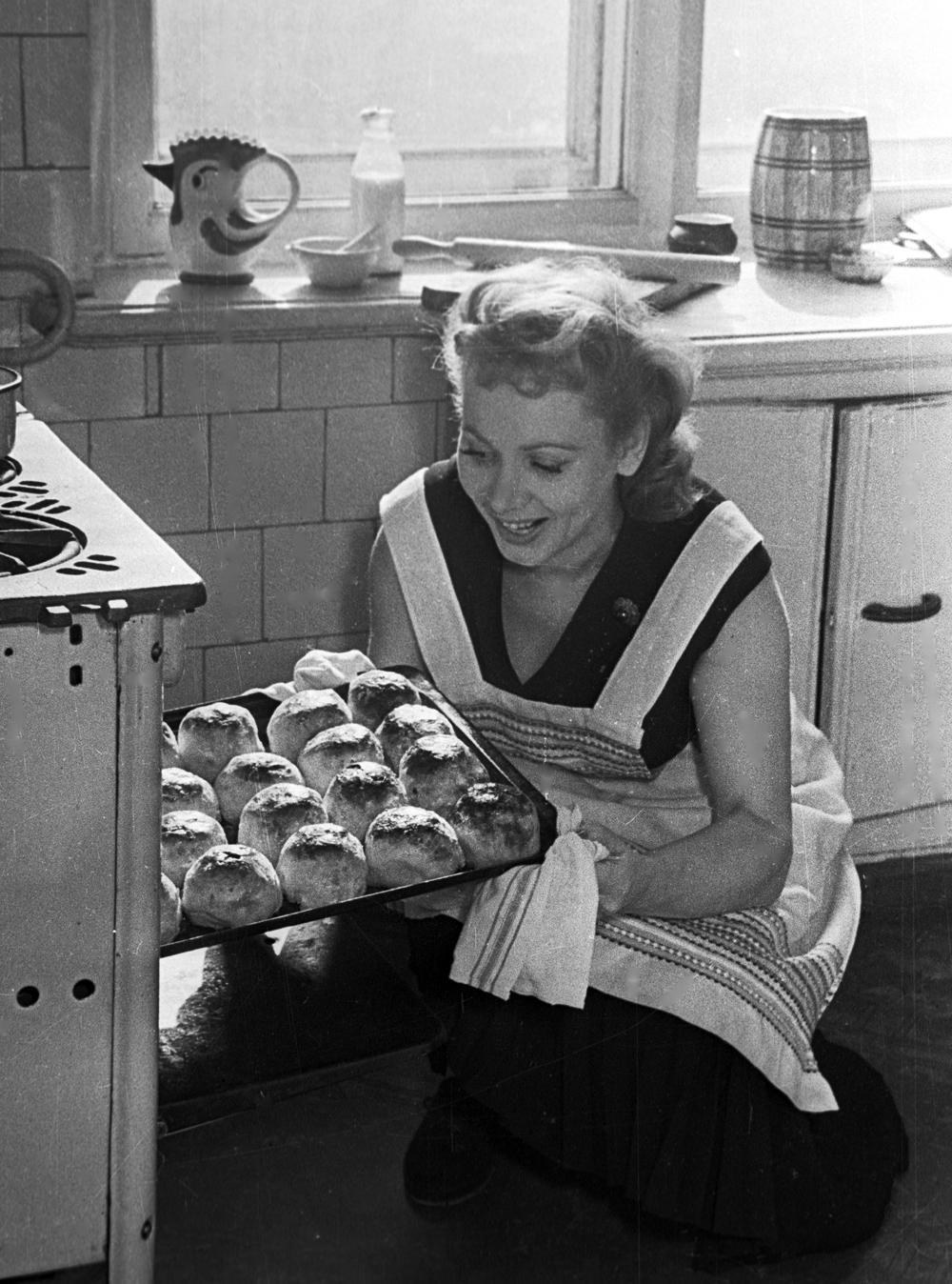 Лидия Смирнова печет пироги на своей кухне. 1958 год.