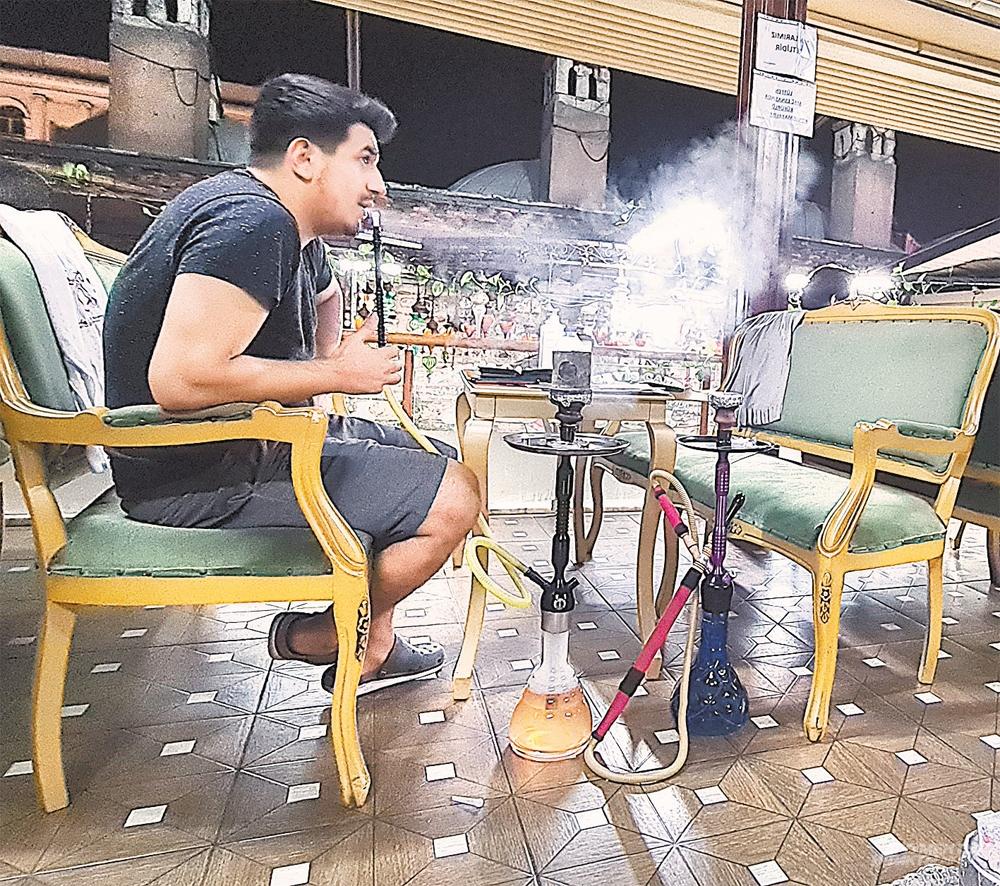 В Стамбуле курить кальян запрещено– эпидемия коронавируса. Но за двойную плату можно.