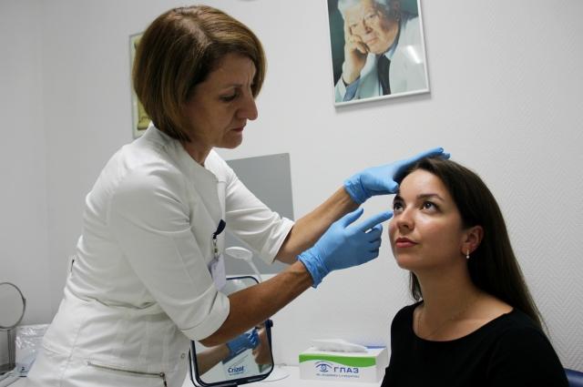 На приеме пациент в присутствии врача-офтальмолога научится снимать и надевать мягкие контактные линзы.