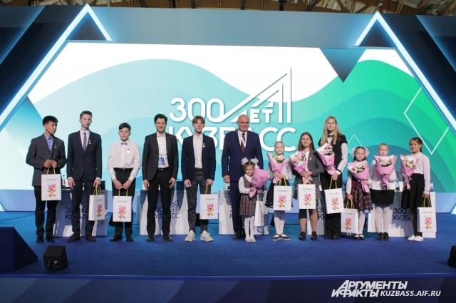 11 лучших участников Всероссийской онлайн-олимпиады школьников «Кузбасс-300» получили награды.