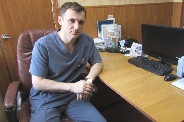 Асхаб Магомедов возглавляет отделение урологии в больнице.