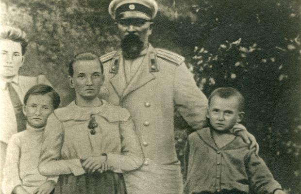 Владимир Маяковский (справа) с семьей, 1902 год
