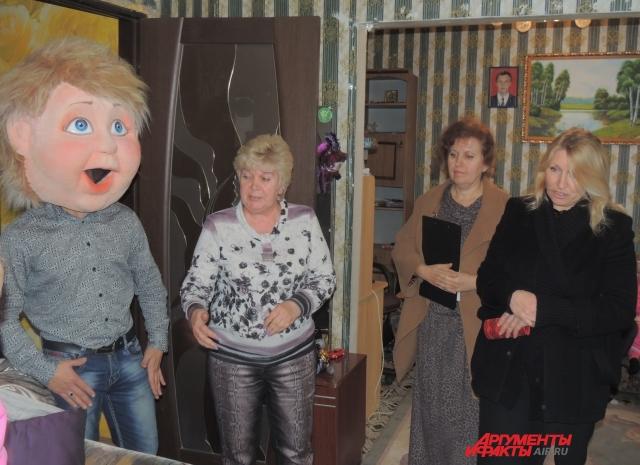 Лидия встречает представителей органов опеки. Слева Ванечка