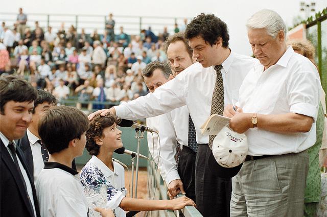 Два Бориса - президент Ельцин и тогдашний нижегородский губернатор Немцов на детском спортивном празднике. Август, 1994 г