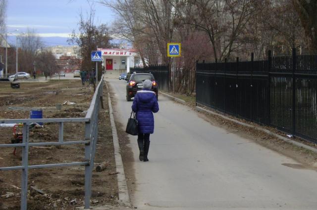 «Загоны» появились возле школы №2 в декабре 2015 года. С точки зрения безопасности с тех пор здесь ничего не изменилось: жители всё равно ходят по дороге, особенно в дождь - тротуара нет.