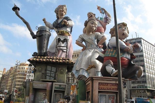 файяс, (файез) - праздник огня в испании, Главный символ праздника — гигантские фигуры, сооружаемые в каждом квартале