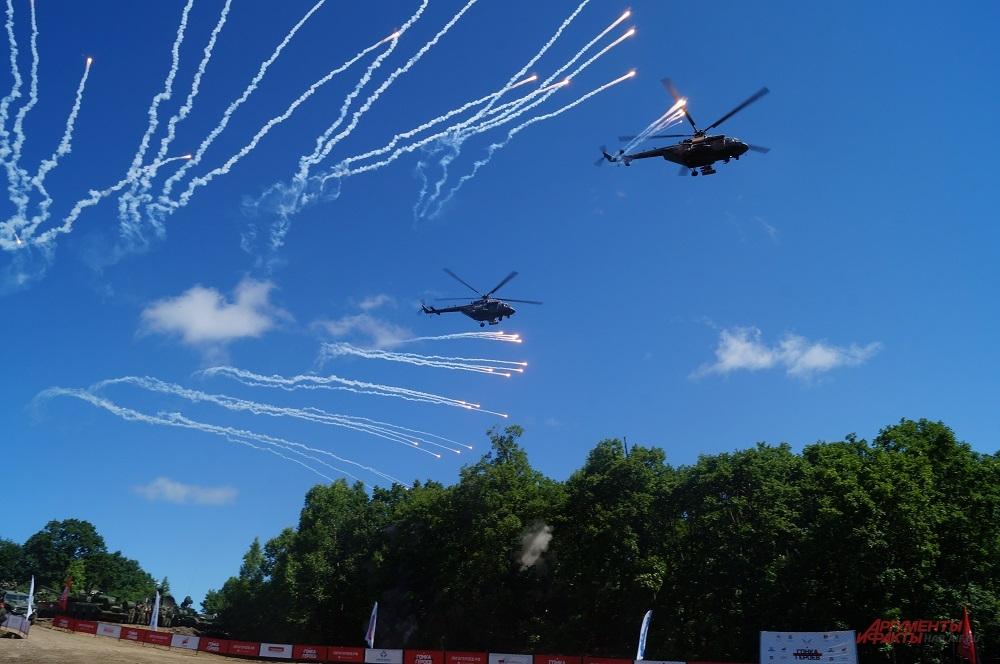Вертолеты проносились прямо над головами зрителей